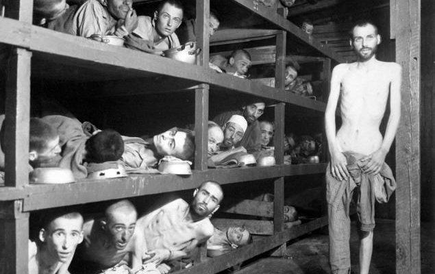 KZ-Häftlinge von Buchenwald. Elie Wiesel soll in der zweiten Reihe von unten der siebte von links sein. Allerdings gibt es Behauptungen, der Abgebildete könne nicht Wiesel sein, da er zum Zeitpunkt der Aufnahme noch ein Teenager gewesen sei, das Bild zeige aber einen Mann in seinen 40ern. Wir konnten weder die eine noch die andere Behauptung bislang verifizieren.