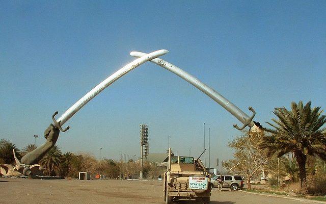 """Stummes Zeugnis Saddam Husseins und wie er die irakischen Stämme im Zaum hielt: Ein mit Schwertern dargestellter """"Triumph-Bogen"""" in in Al-Qādisiyyah."""