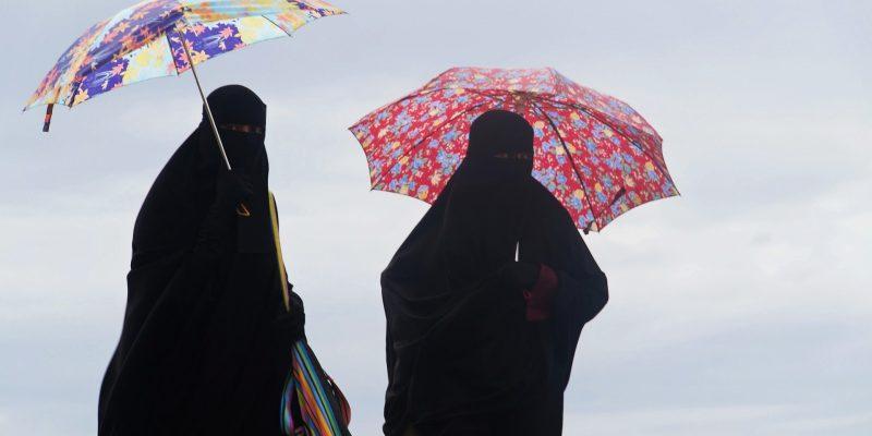 Für viele noch ein ungewohnter Anblick in Deutschland: Vollverschleierte muslimische Frauen beim Spazierengehen mit Regenschirm.