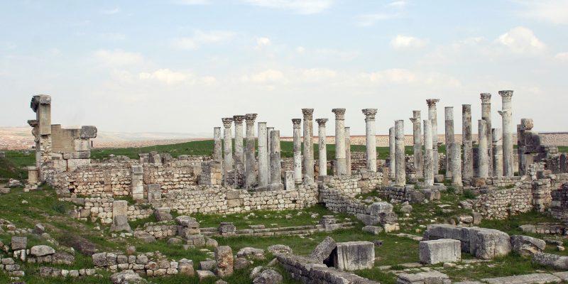 Syrien ist seit über 2000 Jahren Spielball des Westens. Alles fing an mit Rom, das Syrien vor 2000 Jahren als Provinz besetzt hielt. Bis heute gibt es deshalb zahlreiche antike Bauwerke in Syrien.