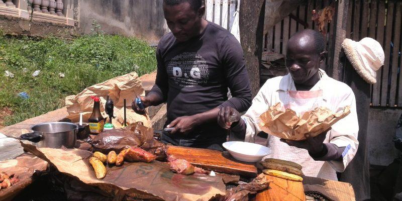 Männer verkaufen in Kamerun Lebensmittel an einem klassischen Straßenstand. (Bild: pixabay.com |CC0 Public Domain)